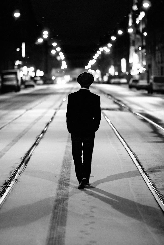 картинки человека идущего по городу